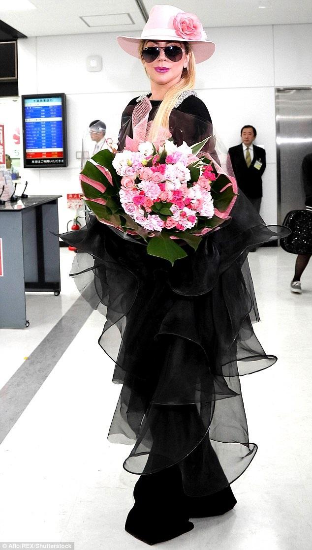 Cô nhận hoa từ người hâm mộ Nhật Bản. Chuyến đi lần này của Lady Gaga nằm trong kế hoạch quảng cáo cho album mới phát hành của cô mang tên Joanne.