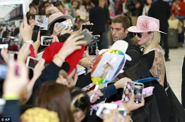 Nữ ca sĩ 30 tuổi dành nhiều tình cảm và sự quan tâm cho khán giả Nhật Bản. Cô nán lại rấ lâu để bắt tay, ký tặng, và chụp hình chung với người hâm mộ. Lady Gaga là một trong những nghệ sĩ thân thiện với fan nhất từ trước đến nay.
