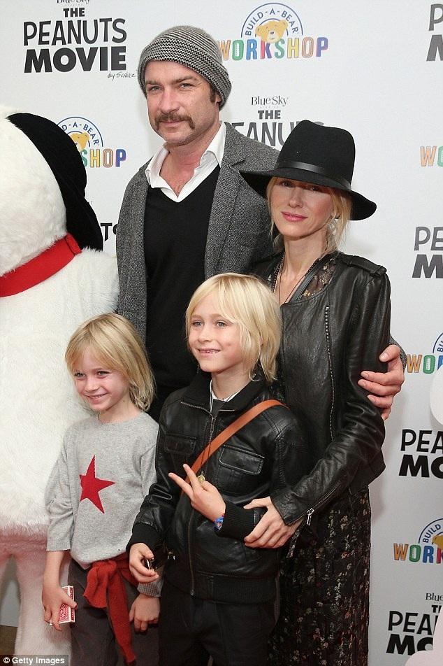 Naomi và Liev Schreiber cùng hai cậu con trai, một bé 9 tuổi và một bé 7 tuổi.