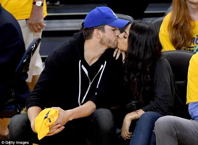 Ashton Kutcher và Mila Kunis bắt đầu hò hẹn từ năm 2012 và đã có với nhau một con gái và một con trai.