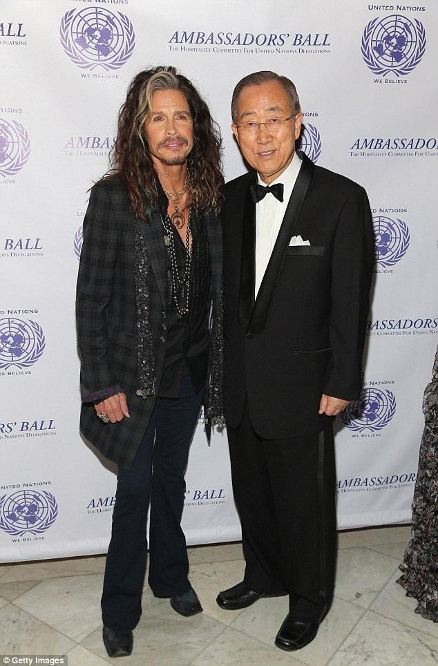 Steven Tyler chụp ảnh cùng ông Ban Ki-moon tại sự kiện.