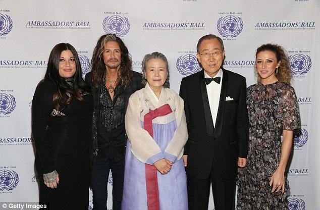 Cô con gái của Steven Tyler (trái) cũng có mặt tại sự kiện này.