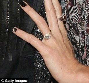 Chiếc nhẫn có kiểu dáng đơn giản xuất hiện trên ngón tay áp út của Aimee Preston.