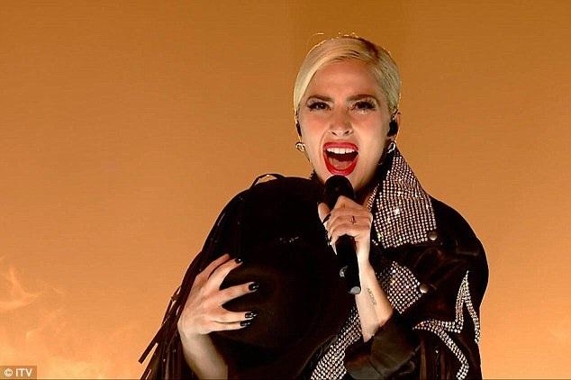 Một số fan cho rằng, dù Lady Gaga có dao kéo thẩm mỹ, họ vẫn yêu mến, ủng hộ cô.