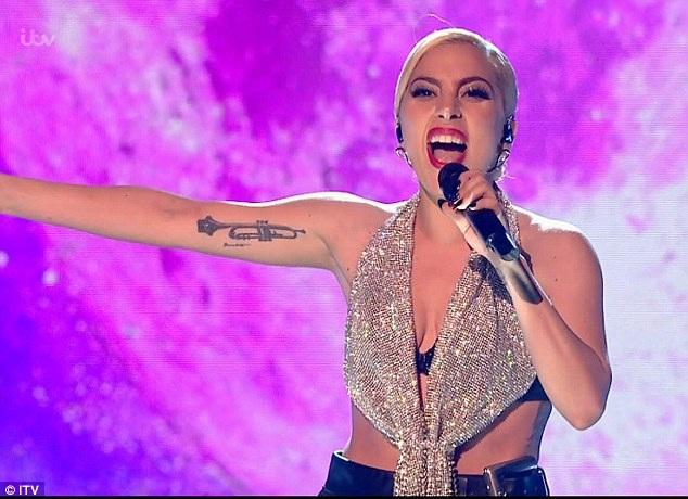 Nữ ca sĩ tóc vàng được nhận xét là khác lạ.