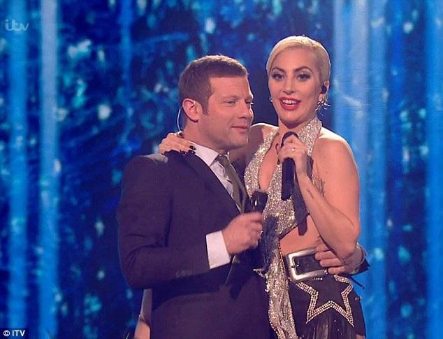 Cư dân mạng xôn xao vì gương mặt khác lạ của Lady Gaga - 7