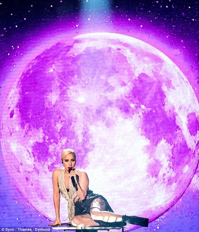 Cư dân mạng xôn xao vì gương mặt khác lạ của Lady Gaga - 4