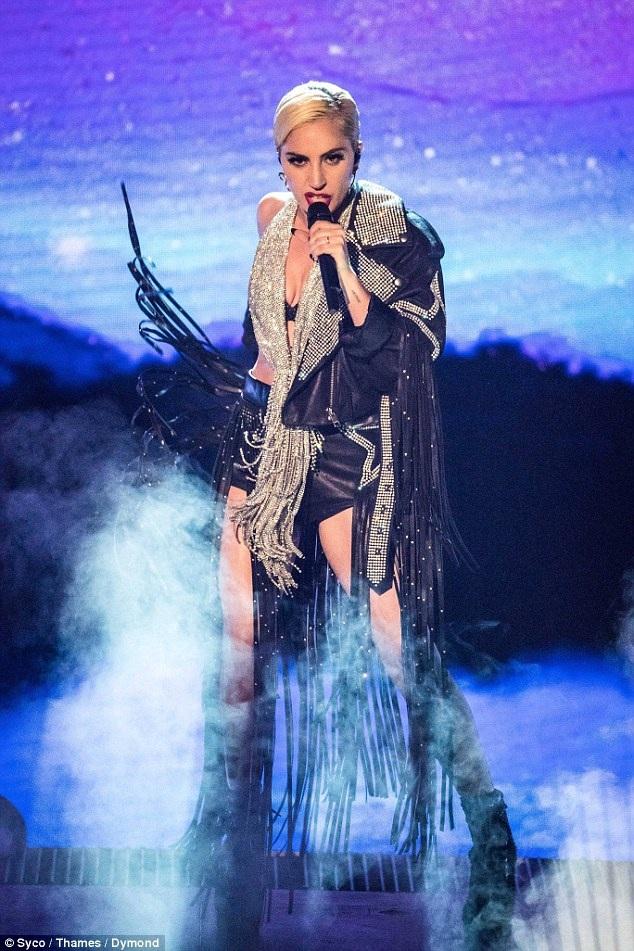 Lady Gaga trình diễn tại chương trình X Factor, ngày 4/12.