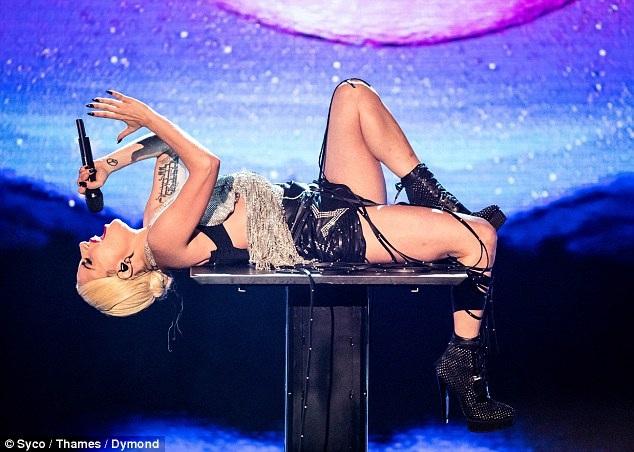 Lady Gaga cống hiến một màn trình diễn đẹp mắt và ấn tượng.