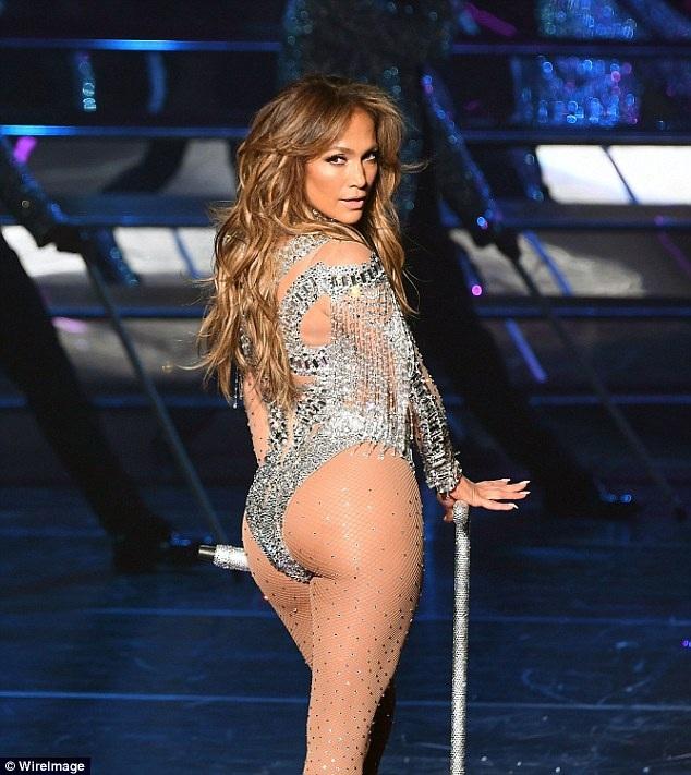 Jennifer Lopez từ chối mức cát-sê 1 triệu đô la Mỹ để đón giao thừa sắp tới bên người thân.