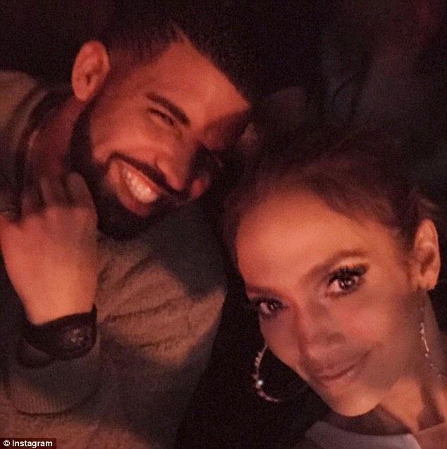 Nữ ca sĩ 47 tuổi Jennifer Lopez và đàn em Drake chụp ảnh chung khi gặp nhau tại một sự kiện gần đây.