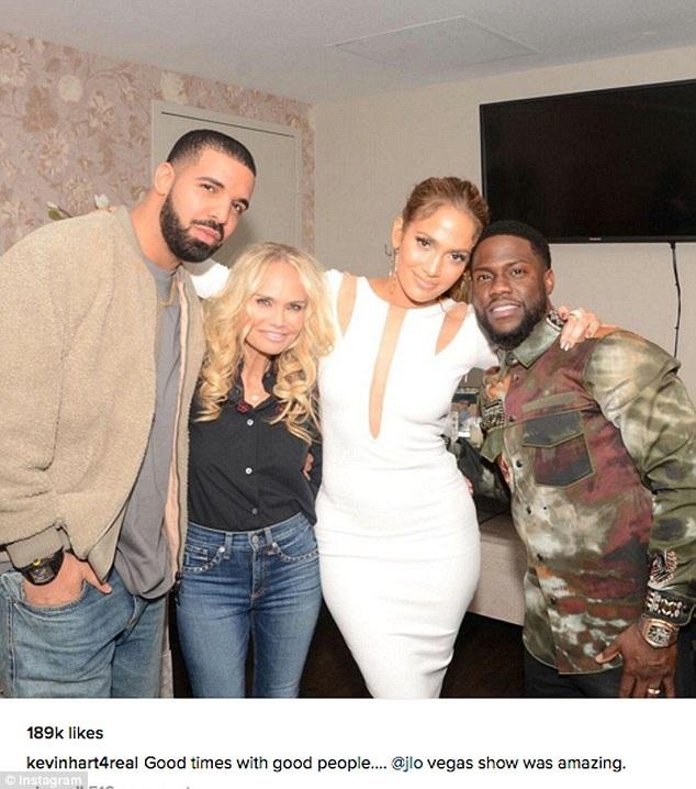 Khán giả ủng hộ mối quan hệ giữa Jennifer Lopez (váy trắng) và Drake (ngoài cùng bên trái).