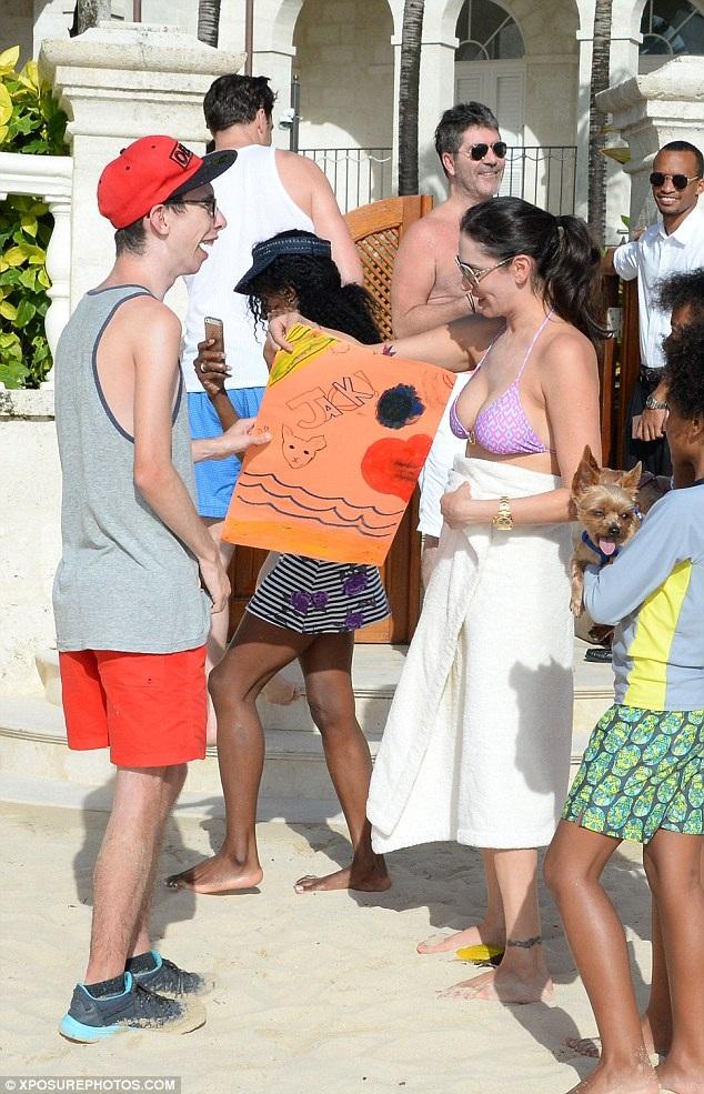 Simon có truyền thống đi nghỉ Giáng sinh tại các hòn đảo ở Caribbean. Ông còn mời theo một vài người bạn thân thiết trong làng giải trí trong các chuyến đi này.