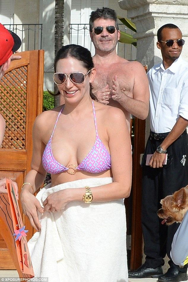 Simon Cowell đang đi nghỉ cùng gia đình tại Barbados. Ông bầu nổi tiếng và giàu có của làng giải trí nước Anh xuất hiện trên bãi biển cùng bạn gái hiện tại, cựu người mẫu Lauren Silverman.