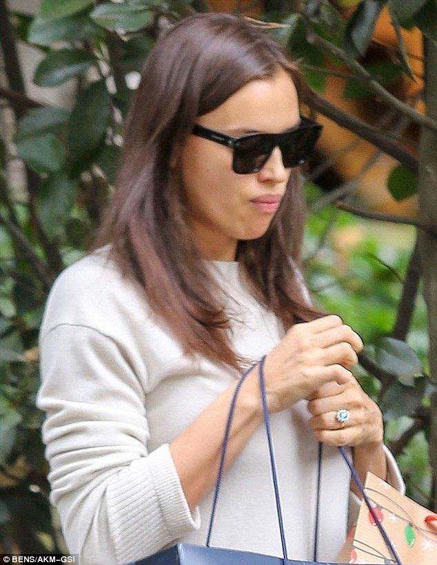 Chiếc nhẫn kim cương lấp lánh trên ngón tay áp út của Irina chính là món quà cầu hôn mà Bradley dành cho siêu mẫu người Nga. Đám cưới của cặp đôi có thể diễn ra bất kỳ lúc nào trong tương lai.