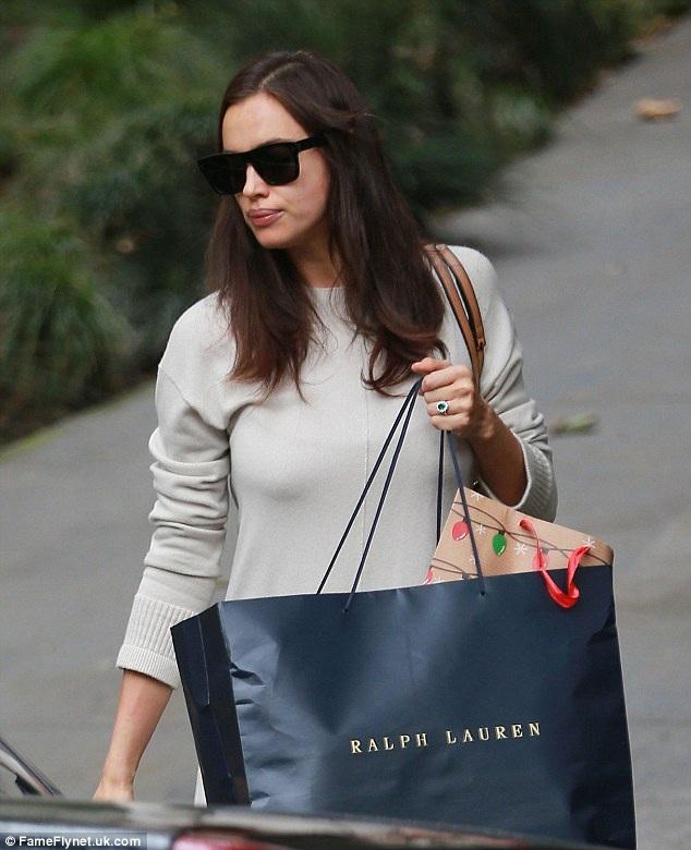 Irina Shayk lọt vào tầm ngắm của giới săn tin khi rời khỏi khách sạn Beverly Hills, ngày 21/12. Người đẹp Nga diện váy rộng thùng thình và đi bốt cao cổ. Cô lấy chiếc túi che lên phần bụng để tránh mọi ánh nhìn tò mò.
