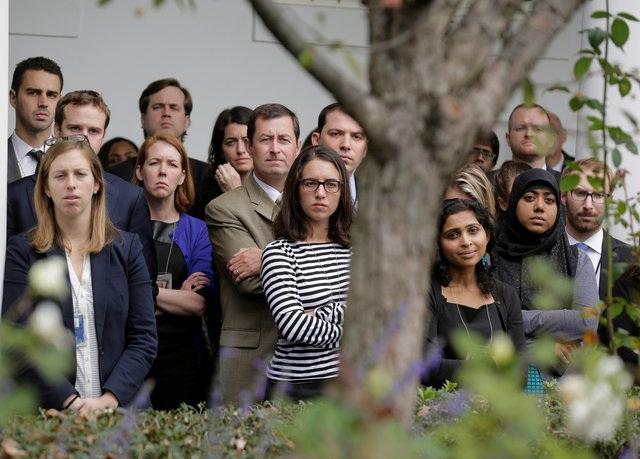 Các nhân viên Nhà Trắng lắng nghe bài phát biểu của Tổng thống Obama. Nhiều người trong số họ dự kiến cũng sẽ rời Nhà Trắng khi nhiệm kỳ của ông Obama kết thúc. (Ảnh: Reuters)