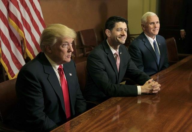 Chủ tịch Hạ viện Paul Ryan (giữa) trong cuộc gặp với Tổng thống đắc cử Donald Trump và Phó tổng thống đắc cử Mike Pence (phải).