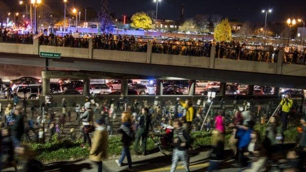 Người biểu tình chặn 1 con đường ở Minneapolis (Ảnh: Getty)