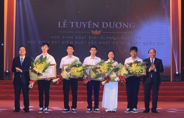 Các học sinh đoạt Huy chương Vàng Olympic quốc tế đón nhận Bằng khen của Thủ tướng Chính phủ.
