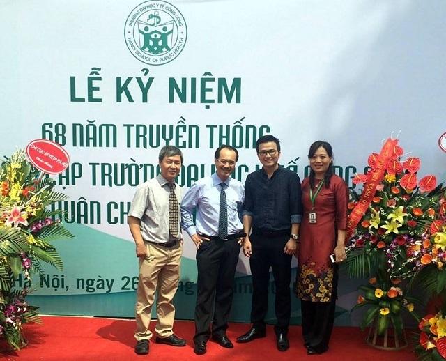 Tân Phó giáo sư Bách với các thầy cô đã dìu dắt mình nhân ngày kỷ niệm 15 năm thành lập trường ĐH Y tế Công cộng
