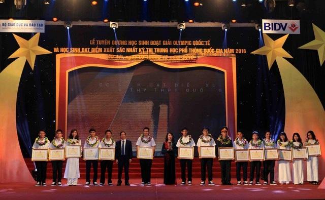 Tại buổi lễ, 40 học sinh đoạt giải Olympic quốc tế và học sinh xuất sắc kỳ thi THPTQG được tuyên dương.