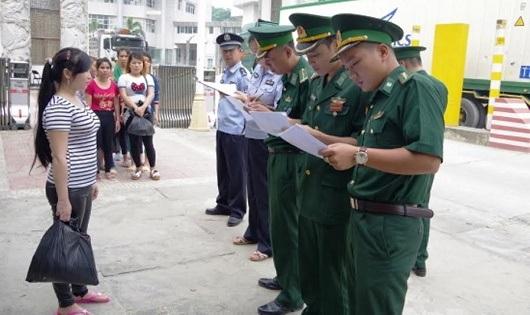 Đồn BPCKQT Thanh Thủy tiếp nhận 14 công dân do Công an TP Vân Sơn, tỉnh Vân Nam, Trung Quốc trao trả.