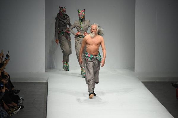 """Hành trình trở thành biểu tượng thời trang của """"lão ông quyến rũ nhất Trung Quốc"""" - 6"""