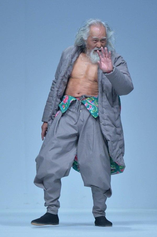 Khi còn trẻ, ông Wang là diễn viên và đào tạo người mẫu nhưng ở tuổi 80, ông quyết định trở thành người mẫu thời trang.
