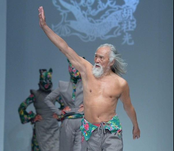 Ở tuổi 80, ông Wang Deshun bắt đầu thử sức với công việc của một người mẫu thời trang.