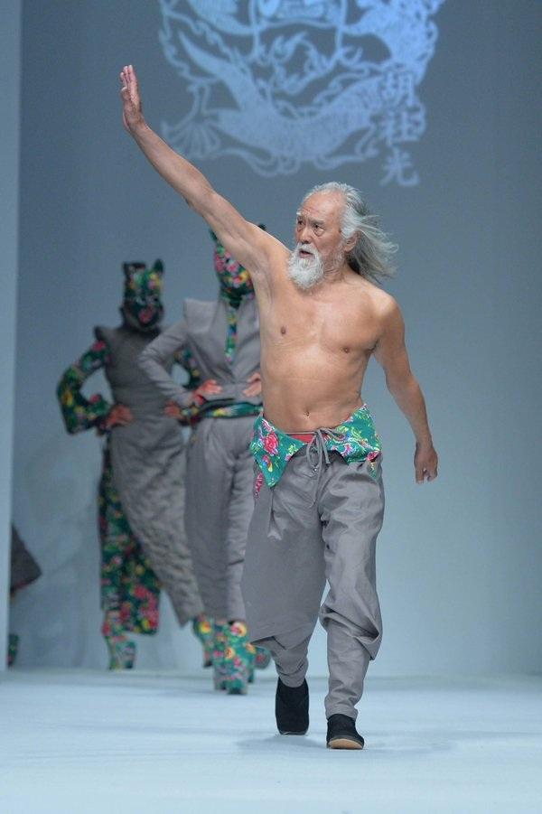 """Hành trình trở thành biểu tượng thời trang của """"lão ông quyến rũ nhất Trung Quốc"""" - 3"""