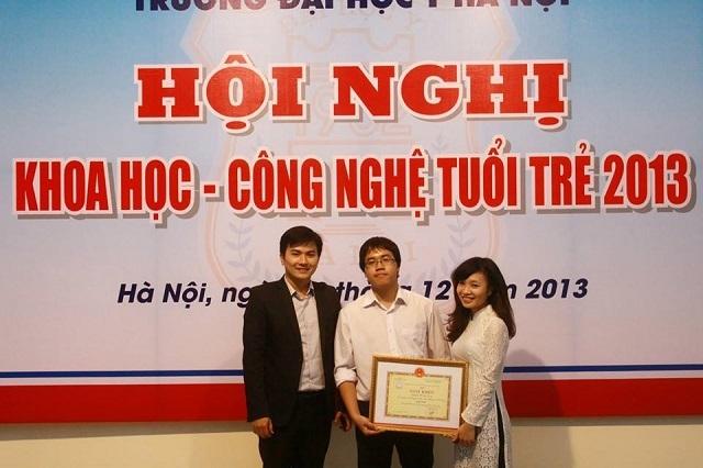 PGS.TS Trần Xuân Bách với các học viên cao học xuất sắc đạt giải cao tại các Hội nghị Khoa học công nghệ thông tin.