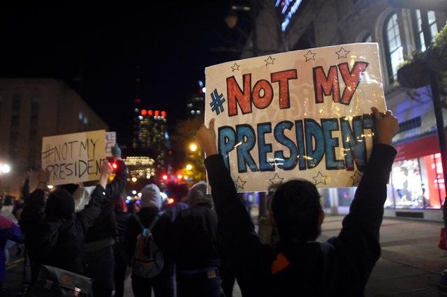 Những người biểu tình giơ cao dòng chữ Not My President (Không phải tổng thống của tôi) trong một cuộc biểu tình ở Philadelphia, Pennsylvania tối ngày 11/11. (Ảnh: Reuters)