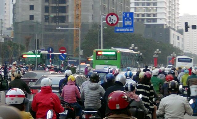 Để phát huy tối đa hiệu quả của BRT, trong buổi kiểm tra sáng nay, Phó Chủ tịch UBND thành phố Hà Nội Nguyễn Quốc Hùng yêu cầu các đơn vị chức năng cần khắc phục một số bất cập trong việc tổ chức giao thông, điều chỉnh lại chu kỳ đèn tín hiệu giao thông trên tuyến và đặc biệt, vấn đề vệ sinh các nhà chờ.