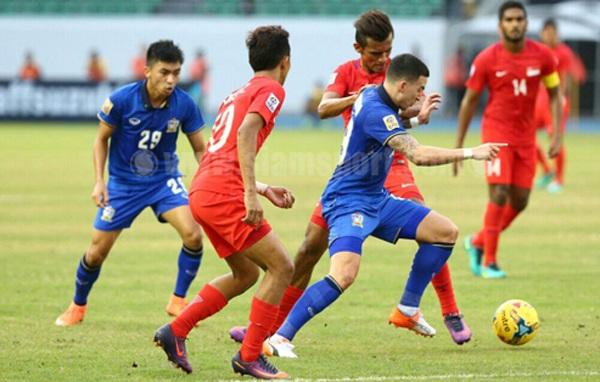 Thái Lan (xanh) đã ép sân toàn diện ở trận đấu này