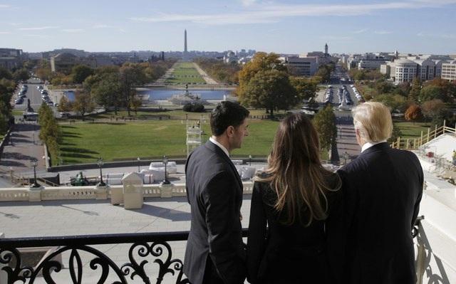Ông Ryan đã dẫn vợ chồng ông Trump ra ban công để ngắm nhìn khu vực bên ngoài Điện Capitol, phía xa là Đài tưởng niệm Washington. Lễ nhậm chức của ông Trump sẽ diễn ra tại mặt trước phía tây của Điện Capitol và dự kiến hàng triệu người sẽ theo dõi trực tiếp sự kiện này.
