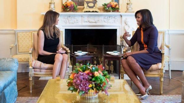 Trong khi phu quân của họ gặp nhau, bà chủ Nhà Trắng Michelle Obama cũng có cuộc gặp với người kế nhiệm tương lai Melania. Bức ảnh được Nhà Trắng công bố cho thấy họ tỏ ra khá thoải mái khi trò chuyện cùng nhau. (Ảnh: Nhà Trắng)