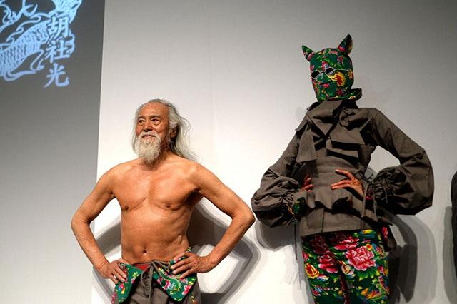 """Hành trình trở thành biểu tượng thời trang của """"lão ông quyến rũ nhất Trung Quốc"""" - 10"""