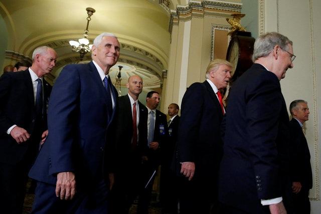 Phó tổng thống đắc cử Mike Pence (thứ hai từ trái sang) cũng đi cùng ông Trump trong chuyến thăm này.