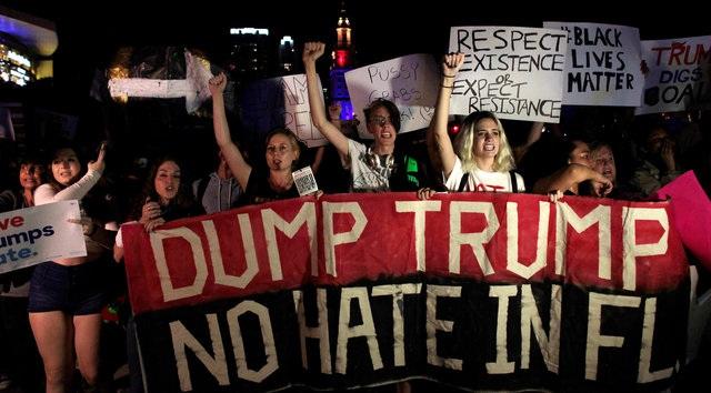 Người biểu tình tuần hành trong đêm phản đối tỷ phú Trump đắc cử tổng thống tại Miami, bang Florida. (Ảnh: Reuters)