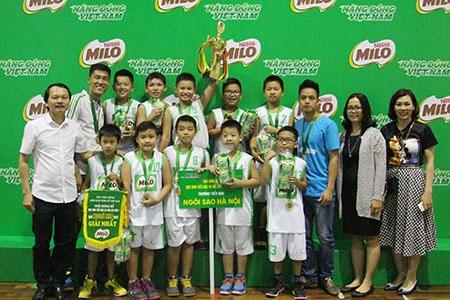 Đội bóng rổ nữ và nam của Hệ thống Ngôi sao Hà Nội nhận cúp Milo 2016