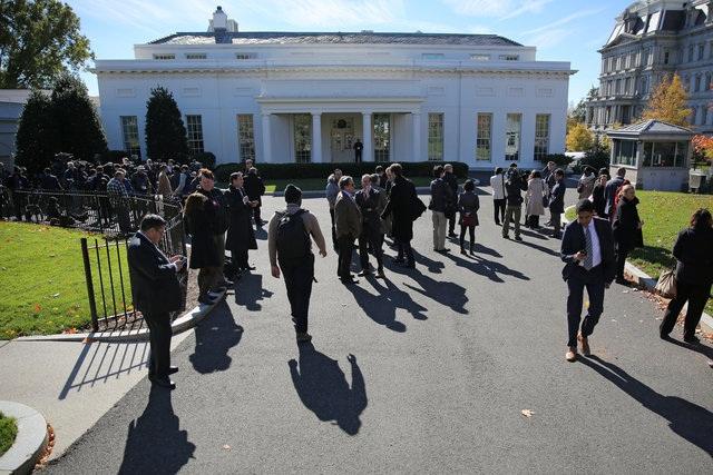 Đông đảo phóng viên chờ đợi bên ngoài Nhà Trắng trong khi ông Trump và ông Obama có cuộc gặp bên trong.