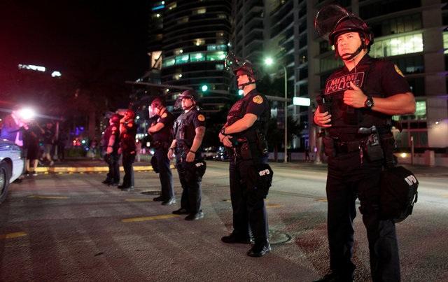 Cảnh sát làm nhiệm vụ trong một cuộc biểu tình ở Miami, Florida. (Ảnh: Reuters)