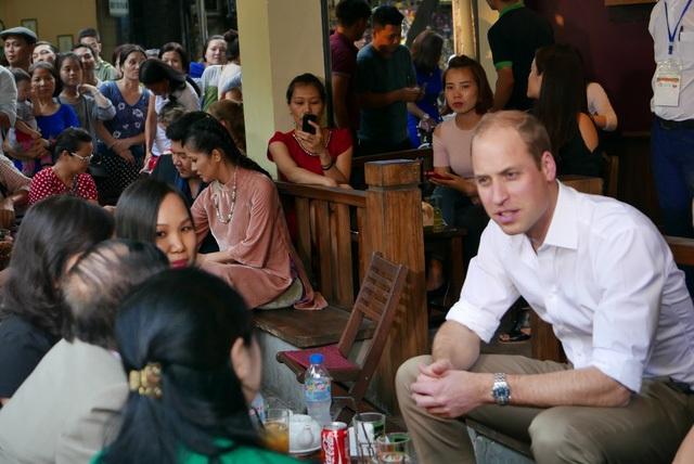 Công tước trò chuyện với các chuyên gia về y học cổ truyền, đại diện các tổ chức phi chính phủ, các phóng viên... tại một quán cà phê bình dân đặc trưng của người Hà Nội.