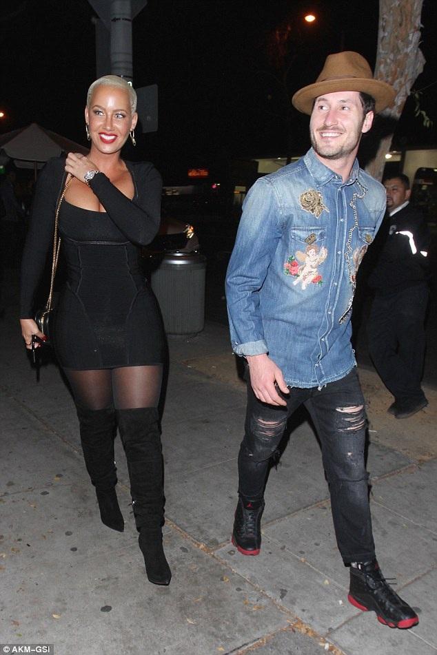 Vũ nữ Amber Rose và vũ công chuyên nghiệp Val Chmerkovskiy bị cánh săn ảnh bắt gặp khi cùng đi ăn tối tại nhà hàng ở Hollywood, California ngày 28/10 vừa qua