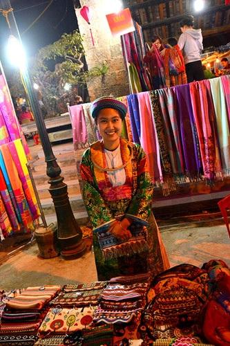 Một thiếu nữ Mông xinh tươi bán hàng lưu niệm.