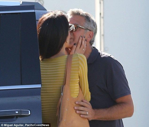 Đôi vợ chồng hạnh phúc tranh thủ hôn nhau tình tứ trên đường phố