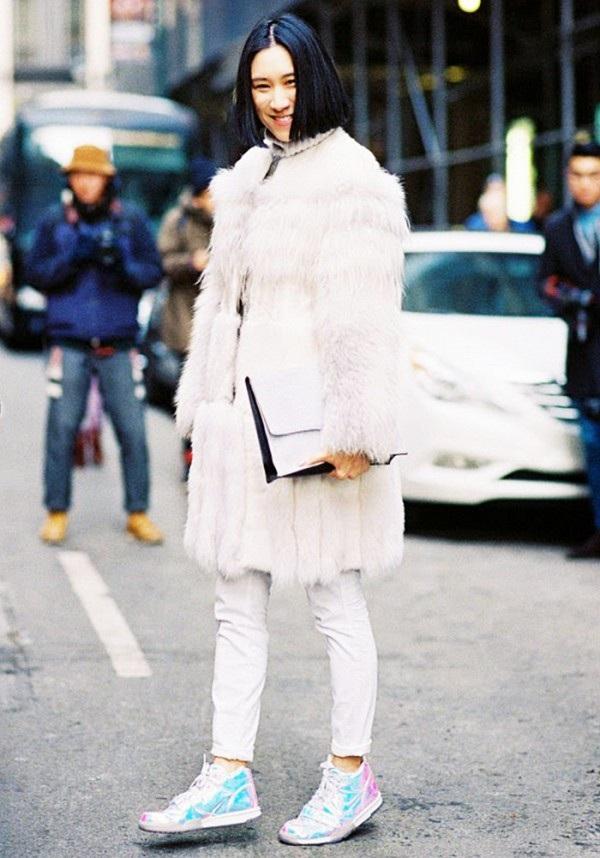 Nếu bạn là một fashionista, sao không thử kết hợp giữa áo lông và giày thể thao?