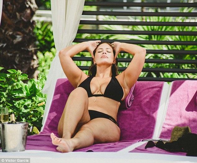 Người đẹp Mỹ này là chân dài ngoại cỡ đầu tiên được lên bìa tạp chí Sports Illustrated