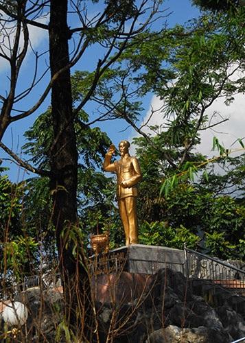 Tượng Bác Hồ trên con đường Hạnh Phúc.